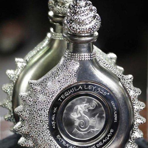 Ley.925 Pasión Azteca. Esta es la botella de tequila más cara del mundo y la joya más importante fabricada en México desde la época colonia; tiene dos kilos de platino y 4 mil 100 diamantes perfectamente blancos. El tequila contenido en la botella es de la marca Ley .925. Es un Premium Extra Añejo fabricado con agave seleccionado 42 grados de alcohol y que permaneció en barricas durante 7 años.  via ROBB REPORT MEXICO MAGAZINE OFFICIAL INSTAGRAM - Luxury  Lifestyle  Style  Travel  Tech…