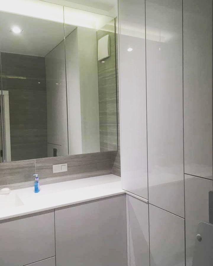 Mamy nadzieję że miło spędziliście mikołajki. Tym razem chcielibyśmy Wam pokazać zabudowę łazienki połączenie frontów z lustrem  malowanych na wysoki połysk. Całość dopełnia blat z corianu. #szafa #wardrobe #szafki #shelves #połysk #blat #corian #warsaw #warszawa #polska #bathroom #łazienka #nowemieszkanie #home #dom #decor #design #meble #furniture #likeit #instasize #photooftheday