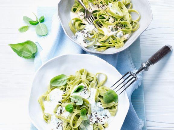 Grüne Nudeln mit cremiger Sauce ist ein Rezept mit frischen Zutaten aus der Kategorie Sahnesauce. Probieren Sie dieses und weitere Rezepte von EAT SMARTER!