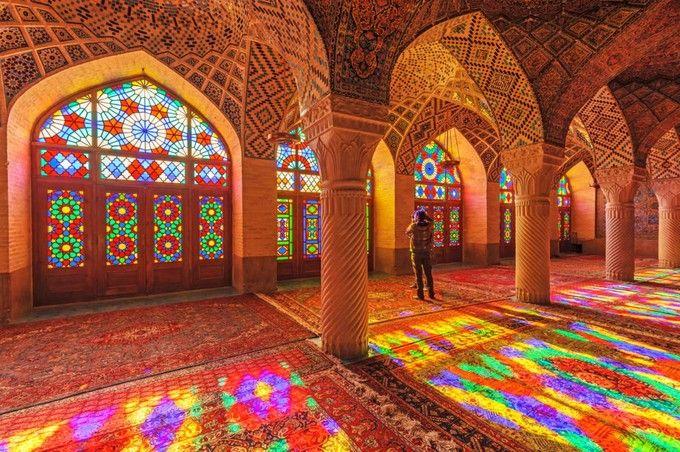 イランにある「マスジェデ・ナスィーロル・モスク」、通称「ピンクモスク」。ステンドグラスの使われた珍しいモスクは、光が差し込むと心奪われる絶景に。