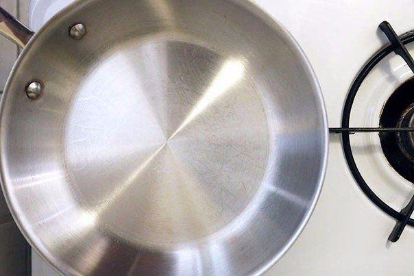 Что понадобится:     Пищевая сода – 0,5 ст.   Жидкое средство для мытья посуды – 1 ч.л.   Перекись водорода – 2 ст.л.   Губка для мы...
