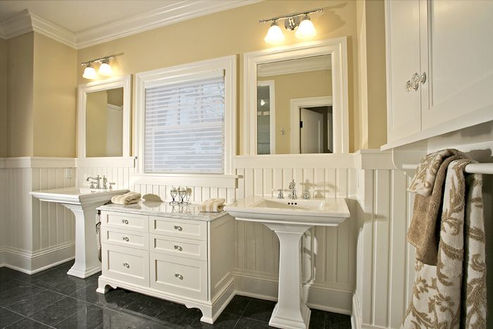 Counter bewteen two pedestal sinks