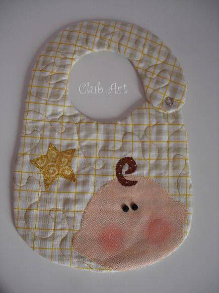Babador em tecido , e manta acrílica , quilting livre e patchcoloagem com caseado à mão. 100% algodão pré- lavado. Pode ser confeccionado em outras cores.
