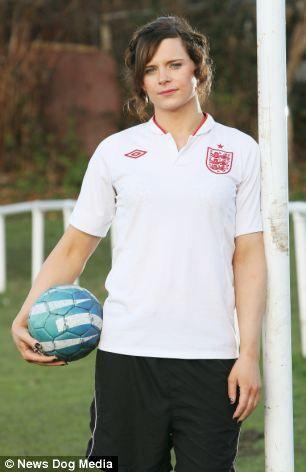 Yasaklı: pasaport kadın olduğunu belirten holding rağmen FA tarafından kadınların yerel takım için oynamak yasaklandı Aeris Transseksüel futbolcu,