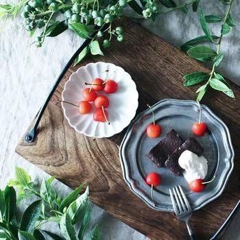 食材の色を選ばないグレーの食器ですが、それは器のコーディネートでも言えること。お手持ちのテーブルウエアとすんなり馴染んでくれますよ。