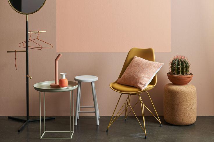 Roze en nude, tegenover geel oker, oranje en details in goud, dat maakt dit interieur helemaal van nu en geeft een verlichtend effect. Kleuren die wringen en in een licht contrast met elkaar en toch zijn verbonden!!!