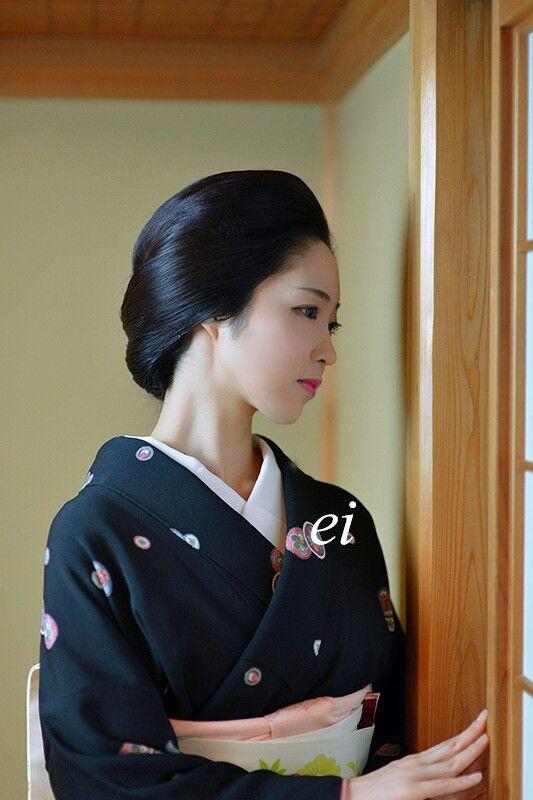 宮川町「駒屋」の「とし夏菜」さん。 芸者姿や舞妓姿をしてない普段の装いを「からげ」と言うらしい。