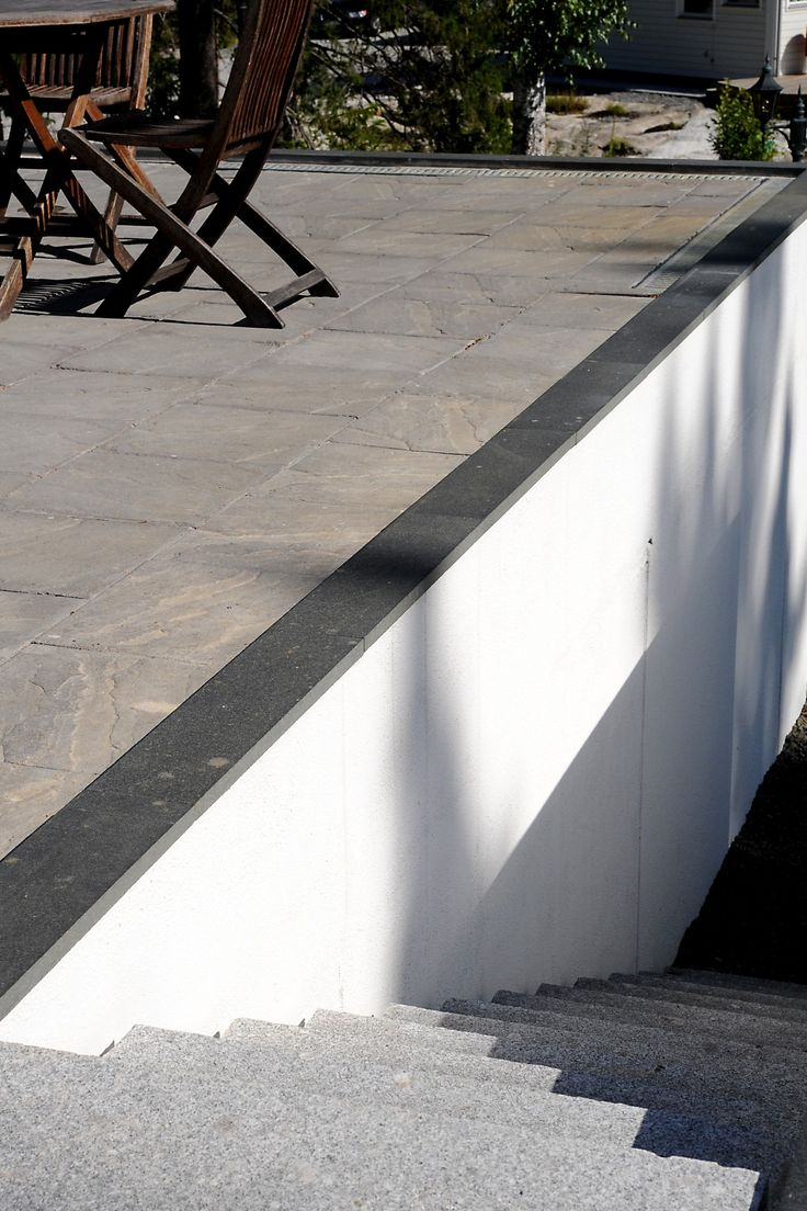Skapa ett mysigt soldäck med betongplattorna Oxford Patina. En tillhörande trappa blir vacker med Blocksteg Granit Ljus. #betongplattor #blocksteg