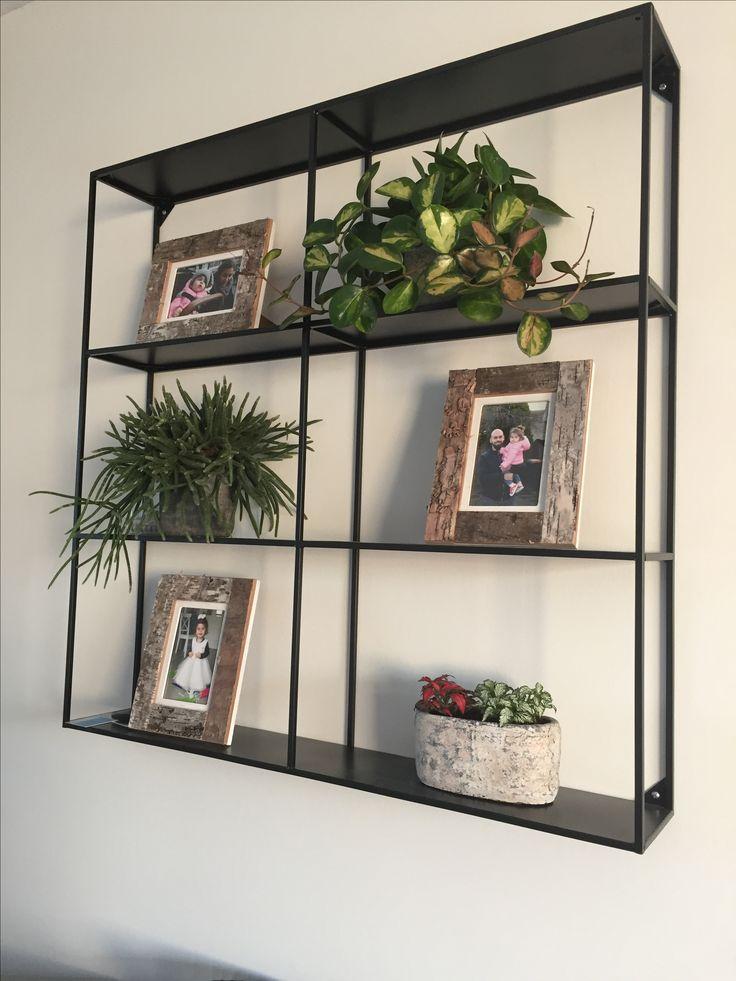 Woood Meert metalen wandrek. Leuk opgefleurd met foto's en planten! Lekker simpel maar toch mooi in de woonkamer!