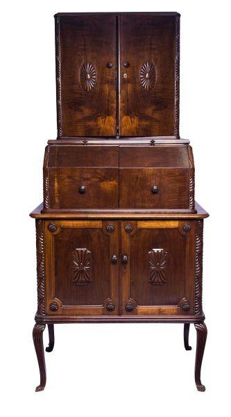 Escrivaninha com alçado em mogno, estilo Georgiano, séc.XIX. Tampo de abrir articulado para as later