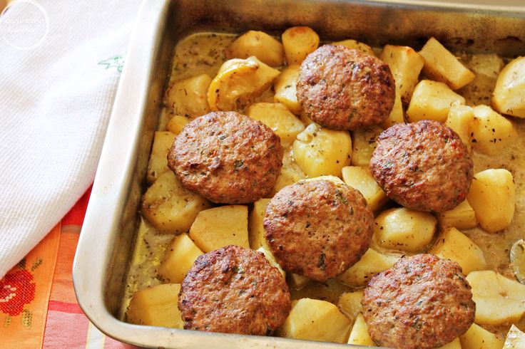 Μπιφτέκια με πατάτες στο φούρνο | The perfect comfort food Burgers with potatoes in the oven