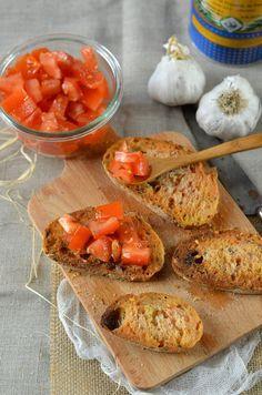 J'ai eu l'habitude de déguster ces petits toasts apéritifs de pan con tomate avec ma belle famille qui est en partie espagnole...