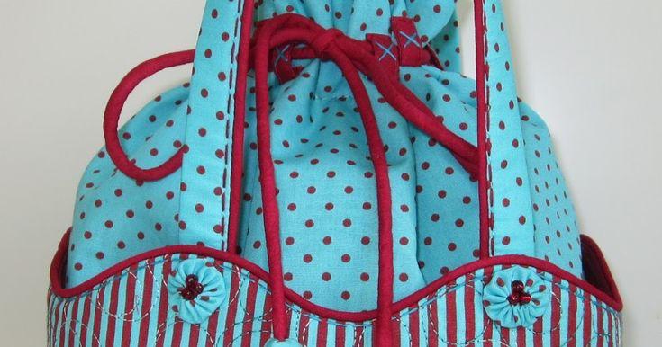 """Sydde en väska med """"påse"""" i Den har en stadig ytterficka runt om i randigt tyg, påsen i mitten sitter fast i bottensömmen. Alla tygern..."""