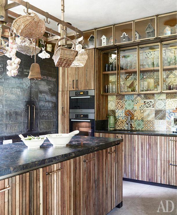 Интерьер дома на юге Франции придумал дизайнер Лионель Жадо. Встолярных мастерских, расположенных по соседству, собрали деревянные рейки, изкоторых потом сделали фасады для кухни.