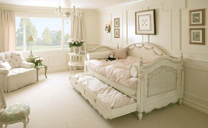 白みすぼらしいシックなベッドルーム