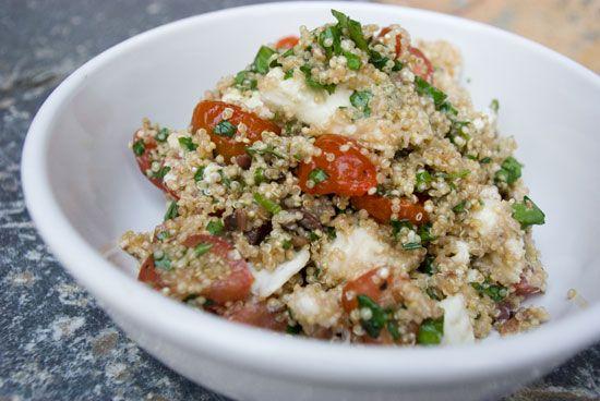 Te warm om de barbecue aan te steken? Probeer ditheerlijke alternatief. Het originele recept is van Pascale Naessens, maar ik vond dat toch wat magertjes en dus lapte ik er zo'n geweldige bol echte buffelmozzarella in. Alvast smakelijk! Quinoa met Kerstomaten, Kruiden en Mozzarella  Auteur:Le Gourmand Belge Soort Recept:salade,vegetarisch Voorbereidingstijd: 15 mins Kooktijd: 15…