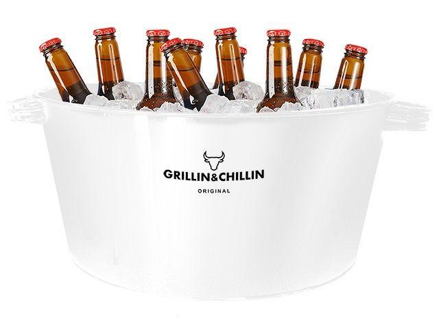 Gusta ice bucket. Drankjes moeten natuurlijk wel koel blijven en het liefst in stijl! Dat kan nu met deze Gusta grillin & chillin ice bucket. Vul de emmer met ijs of ijsklontjes en ben verzekerd van koel bier, wijn of andere drankjes tijdens de BBQ. Wordt geleverd exclusief drank...