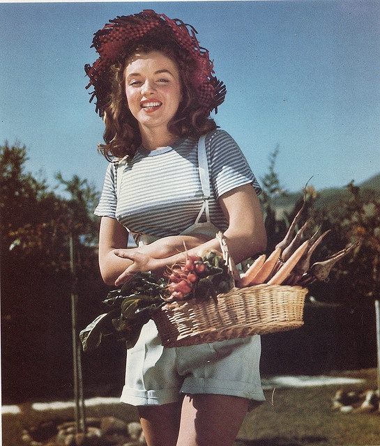 Norma Jeane as a farm girl, 1946. Photographer Richard Miller. Did he take photo's for Earl Moran? or for another pinup artist?