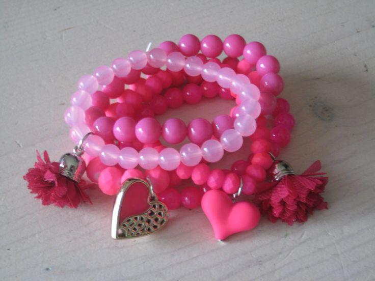 Hip roze armbandjes, 5 stuks met bedels, € 6,95 per set