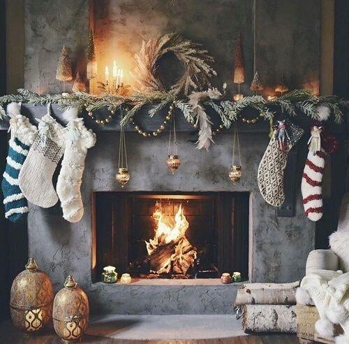 Perfektes Weihnachtsbild: Ein lodernder Kamin mit klassischer Weihnachtsdeko. Kerzenschein und übergroße Nikolaus-Socken dürfen nicht fehlen! >> ,,,