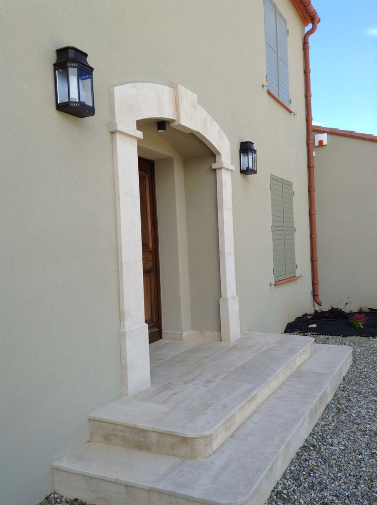 Perron et entourage de porte en pierre de Bourgogne Semond clair, escalier béton habillé par des marches et contremarches - vieux sol extérieur contemporain moderne