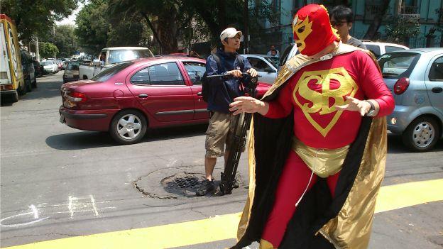 No vuelan como Superman, ni tampoco se balancean entre rascacielos como el Hombre Araña. Tampoco han salvado a la Tierra, aunque lo intentan a su manera, y en algunos casos su apariencia es muy distinta a las figuras atléticas de los personajes de los cómics.