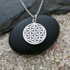 Ce collier dispose dune fleur en argent de charme de la vie sur une chaîne en argent sterling délicate.  La fleur de vie pousse de la graine de vie,