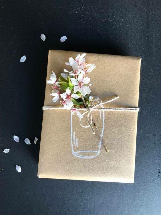 In Kraftpapier einwickeln. Zeichnen Sie auf ein Glas und und in einigen Blumen