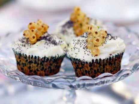 Cupcakes bakas traditionellt på en sockerkakssmet som är lite tyngre än muffinssmet. En bakelse med lite syrlig smak.