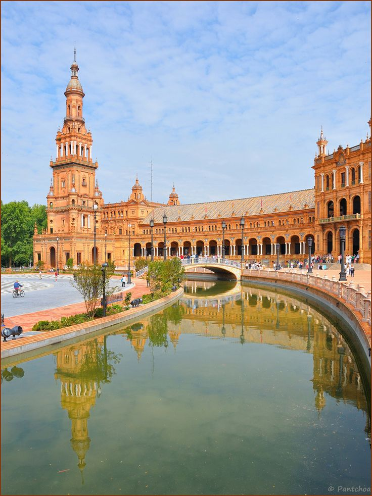 Plaza de España, built on the occasion of the Ibero-American Exposition of 1929, the Plaza España is a vast semi-circle 200 m. in diameter surrounded by an impressive palace of brick and ceramics, one of the wonders of the city. Its blue ceramic tiles, the azulejos, tell the history of the provinces of Spain, in alphabetical order, in EI Porvenir, Seville, Andalucía_ Spain