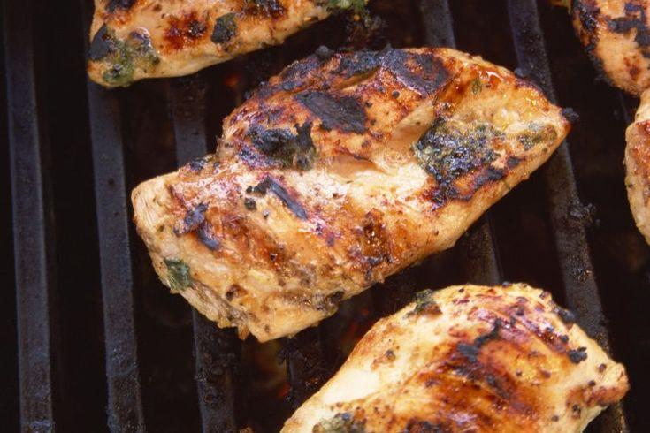 Cómo asar pollo en el horno. Una de las maneras más fáciles de cocinar el pollo es asado. Asar en el horno es es al revés de asar a la parrilla, ya que el calor viene de la parte superior en lugar de la parte inferior. Al igual que con la parrilla, asar al horno cocina el pollo con calor directo ...