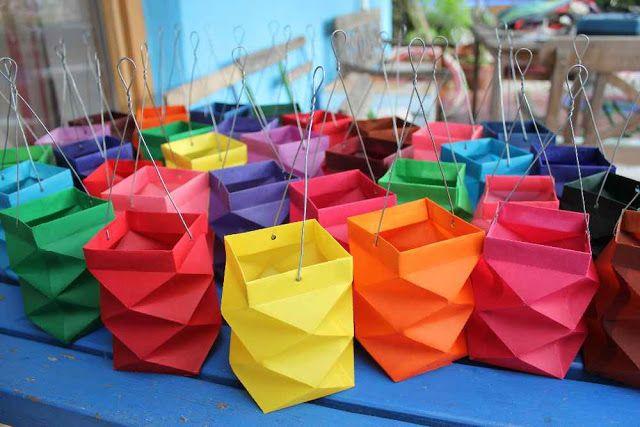 Lantaartjes gevouwen van papier. Op de link vind je het patroontje hoe je de vouwlijnen moet maken.