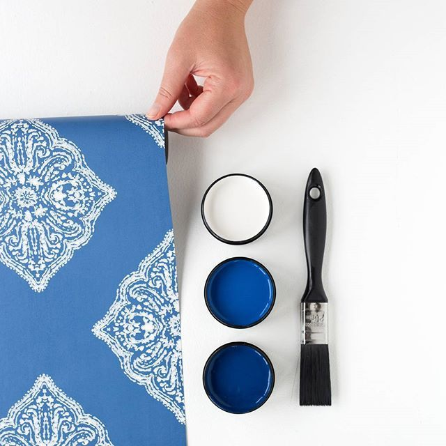 Got the Monday morning blues? Which shade? Testpots from top in Resene Double House White, Resene Into The Blue and Resene Zinzan. Wallpaper pattern AT7030, available at Resene ColorShops. #Resene #Resenewallpapers #wallpaperinspiration #Reseneloveswallpaper #colourcombo #colourinspiration