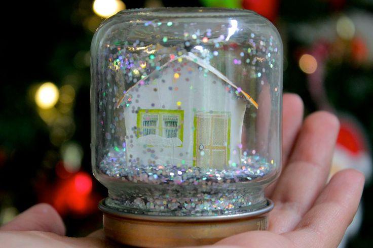 Los bellos globos de nieve que adornan las tiendas y casas en la navidad tienen un toque mágico al ver como la nieve cae en su interior, esto atrae tanto a los grandes como a los más chiquitos, lo cual hace que estos adornos corran peligro cuando ellos los quieren tomar en sus manos. Con niños pequeños en casa seguro te sobran manitas que agarran todos los adornos de navidad al igual que algunos frascos de compotas vacíos. Aprovecha la magia de los globos de nieve con esta idea donde…