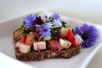 Syksy on sadonkorjuun vuoksi täynnä maukkaita makuja. Tässä klassinen tomaatti-sipulisalaatti Uotilan tapaan.