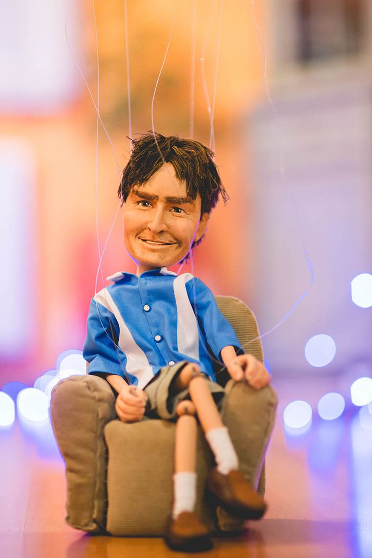 Handmade marionette of Charlie Sheen. To see how I formed the head and colored the face check out my youtube video: https://www.youtube.com/watch?v=YOUq6P7qFjM #charliesheen #twoandahalfmen