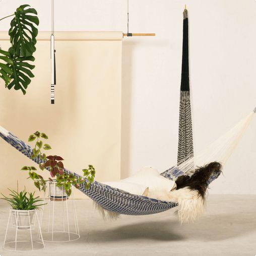 Ama vævet hængekøje fra OK Design er håndlavet i Mexico. Hængekøjen kan både bruges inden- og udendørs.