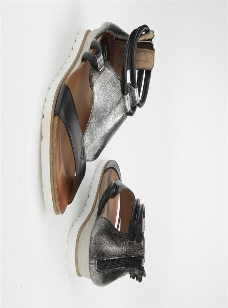 Mjus sandaal  Description: Zwarte sandalen van Mjus met een sleehak van 4 cm. Deze dames sandalen zijn gemaakt van leer en hebben een kunststof zool. Ze zijn voorzien van een ritssluiting op de hak.  Price: 95.99  Meer informatie