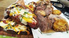 Bondiola braseada con batatas rellenas de quesos y verdeo