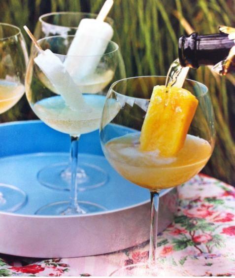 FONTE: Revista Casa e Jardim - Dica publicada em Casa e Comida na edição de Dez/Jan – 2011, que foi o maior sucesso. Servir picolés de frutas com espumante, um drinque simpático e para lá de refrescante.