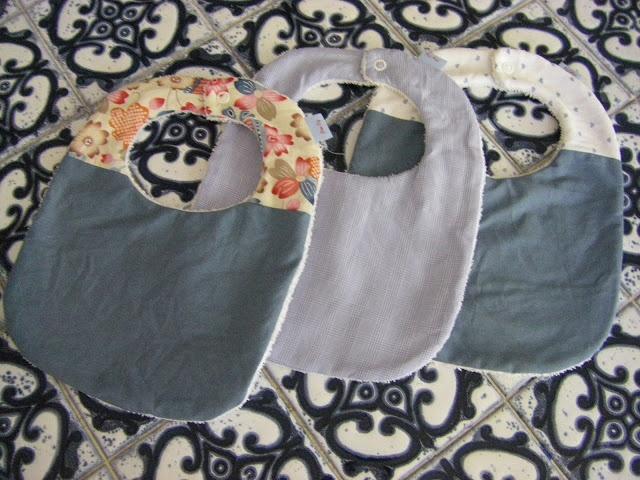 tuto bavoir : http://pommecoing.blogspot.fr/2012/10/le-bavoir-premieres-purees.html