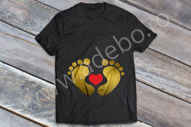 Tricou personalizat pentru gravidute cu desenul a doua talpi de bebelus ce inconjoara o inimioara – daca sunteti in cautare de cadouri pentru femei gravide, cadouri pentru viitoare mamici atunci trebuie sa alegeti un tricou personalizat