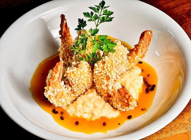 Camarão em crosta de tapioca ao molho de maracujá com arroz cremoso de queijo coalho (Foto: Divulgação)
