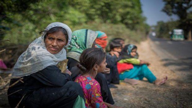 Berita Islam ! Hendak Mengungsi Warga Rohingya Ditembaki... Bantu Share ! http://ift.tt/2gg6w7H Hendak Mengungsi Warga Rohingya Ditembaki  Naypyidaw  Puluhan tentara Myanmar dilaporkan telah menghujani warga sipil Rohingya dengan mortir dan peluru. Kepala stasiun Border Guard Bangladesh (BGB) Manzurul Hassan Khan mengonfirmasikan bahwa pasukan Myanmar memberondong etnis Rohingya di pos perbatasan Ghumdhum Bangladesh. Mereka telah menembaki warga sipil kebanyakan adalah wanita dan anak-anak…