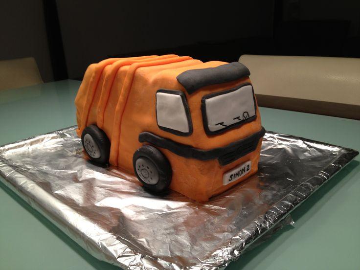 Simon hat sich zu seinem 2. Geburtstag eine Müllauto Torte gewünscht. Bei dieser Torte hatte ich zum ersten Mal richtig Bammel… Aber es ist gelungen! :-) Man sieht die Torte auch angeschnitte…
