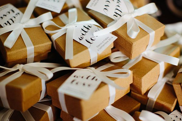 pretty kraft boxes http://weddingwonderland.it/2015/08/15-dettagli-in-carta-kraft-da-copiare.html
