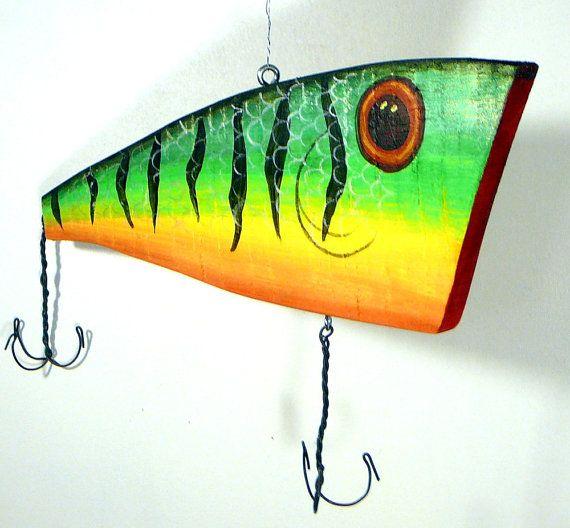 señuelo de pesca pintado para adorno realizado en madera nativa del tropico de capricornio