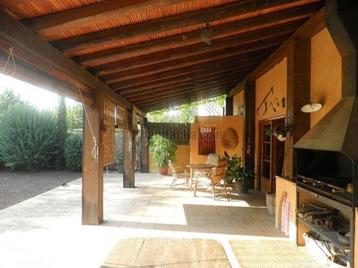 pegado a la casa con vigas de madera y tejado de teja