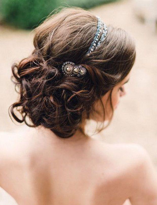 Un chignon romantique  Découvrez les plus belles robes de mariées de 2015 !