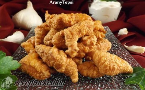 Fokhagymás bundában sült csirkefalatok recept fotóval - Hozzávalók:      1 egész nagy csirkemell filé     1 csapott kk só     1 nagy csipet őrölt bors     5 dl olaj a sütéshez  Bundához:      2 nagyobb tojás     2 púpos ek liszt     2 ek tej     0,5 kk só     1 tk házi fokhagymakrém (esetleg 2-3 nagyobb fokhagyma)